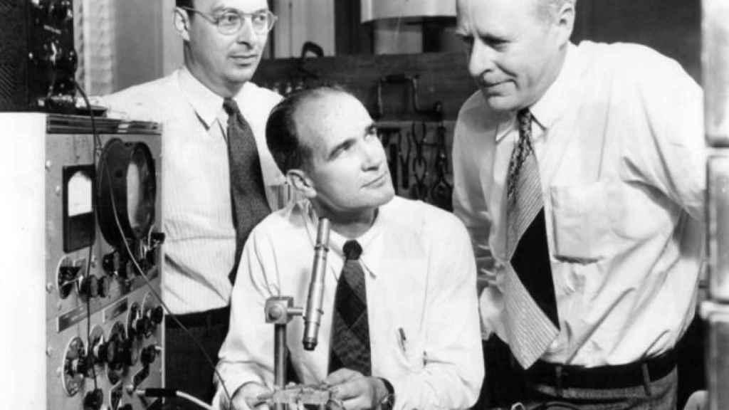 William Shockley, en el centro, entre John Bardeen y Walter Brattain, ganadores del Nobel.