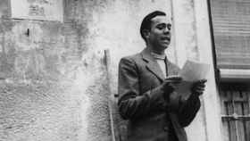 Miguel Hernández leyendo uno de sus poemas.