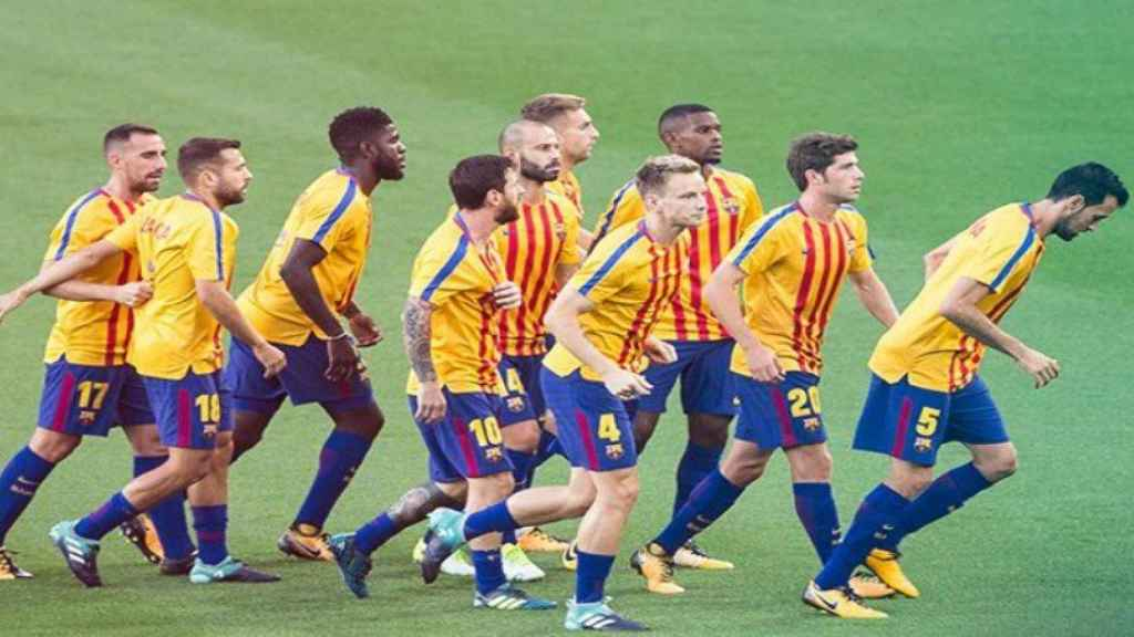Los jugadores del Barça con la camiseta de la senyera. Foto: Twitter (@FCBarcelona_es)