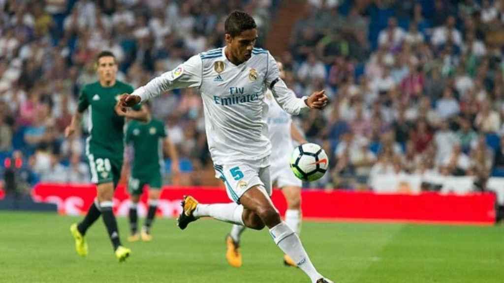 Varane, con el balón. Foto: Pedro Rodríguez / El Bernabéu