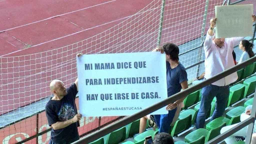 Pancarta en contra de Piqué en el entrenamiento de la Selección. Foto. Twitter (@marcosbenito9)