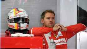 Vettel en su box durante el GP de Malasia. Foto Twitter (@F1)