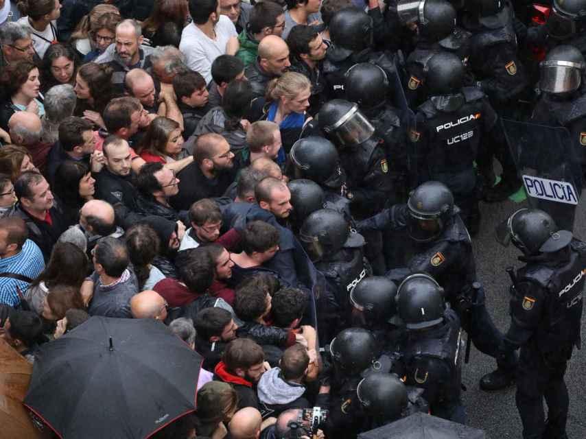 Una de las imágenes de cargas policiales aparecidas en la prensa europea