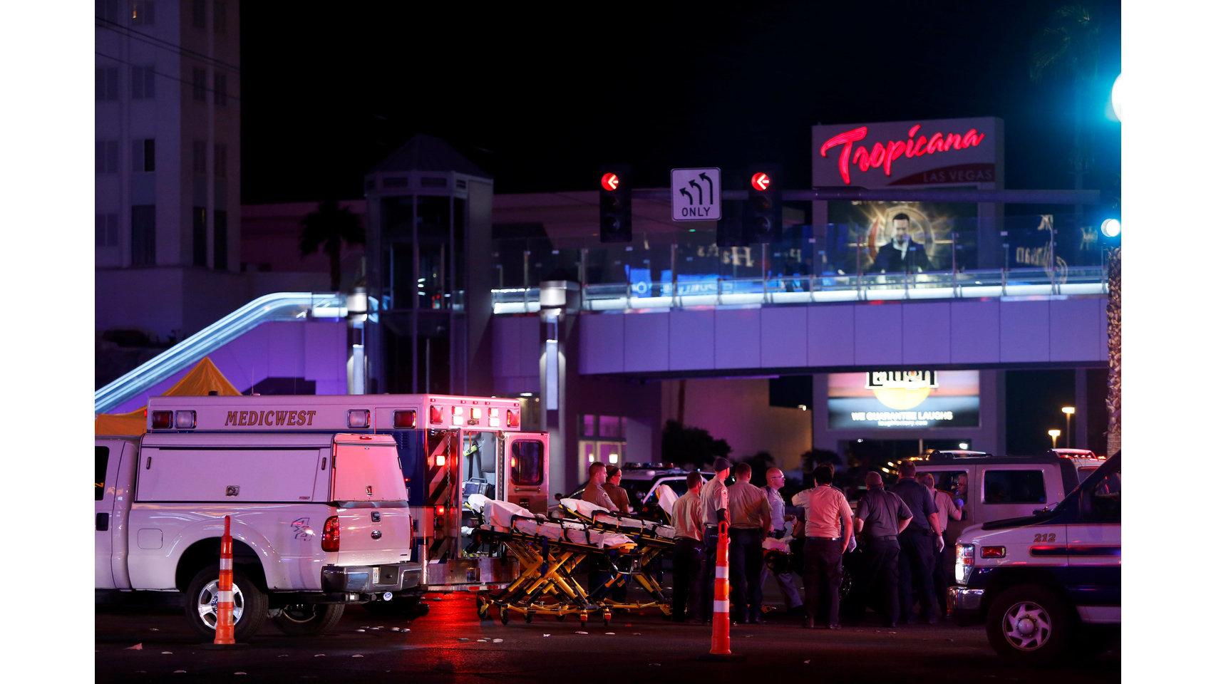 Los oficiales de la Policía de Metro de Las Vegas hablan en la zona del concierto.