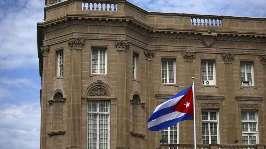 La bandera nacional cubana se levantada sobre la embajada en Washington.