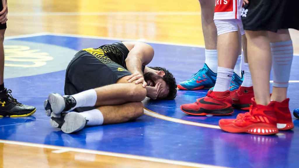 Javi Beirán retorciéndose de dolor tras lesionarse en diciembre.