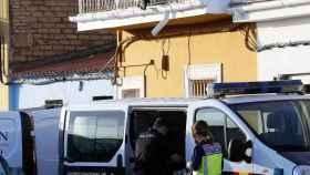 Agentes de la policía durante la investigación del triple crimen.