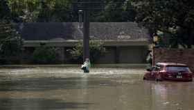 Una mujer en las calles anegadas de Houston.