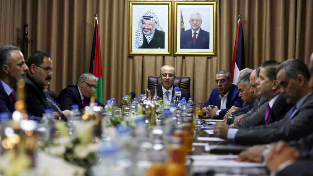El primer ministro palestino, Rami Hamdallah, preside una reunión del gabinete en la ciudad de Gaza.