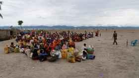 Refugiados esperan en un puesto de la Guardia de Fronteras de Bangladesh.