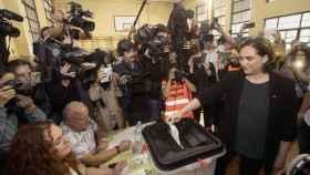 La alcaldesa de Barcelona, Ada Colau (d), vota en el centro cívico La Sedeta de Barcelona