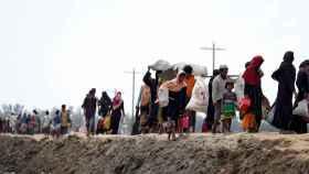 Rohinyás en su camino a Bangladesh.