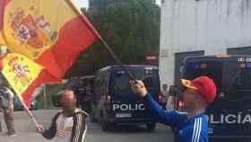 Dos vecinos ondean banderas españolas tras boicotear el referéndum en Vilarroja.