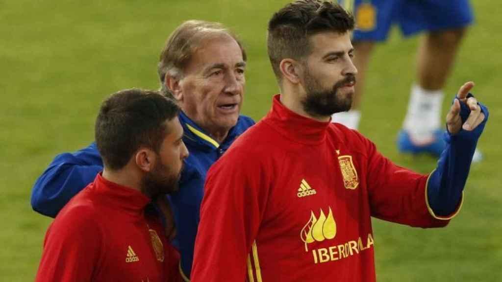 Piqué y Jordi Alba con Toni Grande, segundo entrenador de Del Bosque.