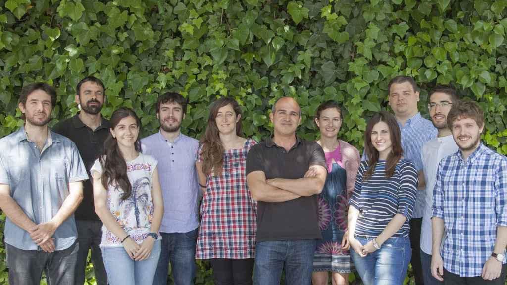 Hernán Míguez, de marrón en el centro, rodeado de los investigadores del MOM de Sevilla.