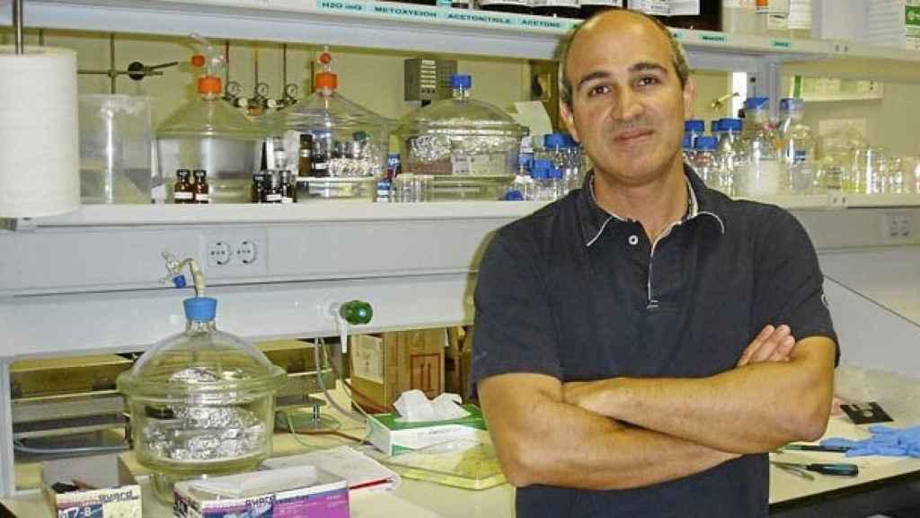 Hernan Míguez en el laboratorio del MOM de Sevilla.