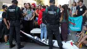 Dos guardias civiles durante un registro en Cataluña.