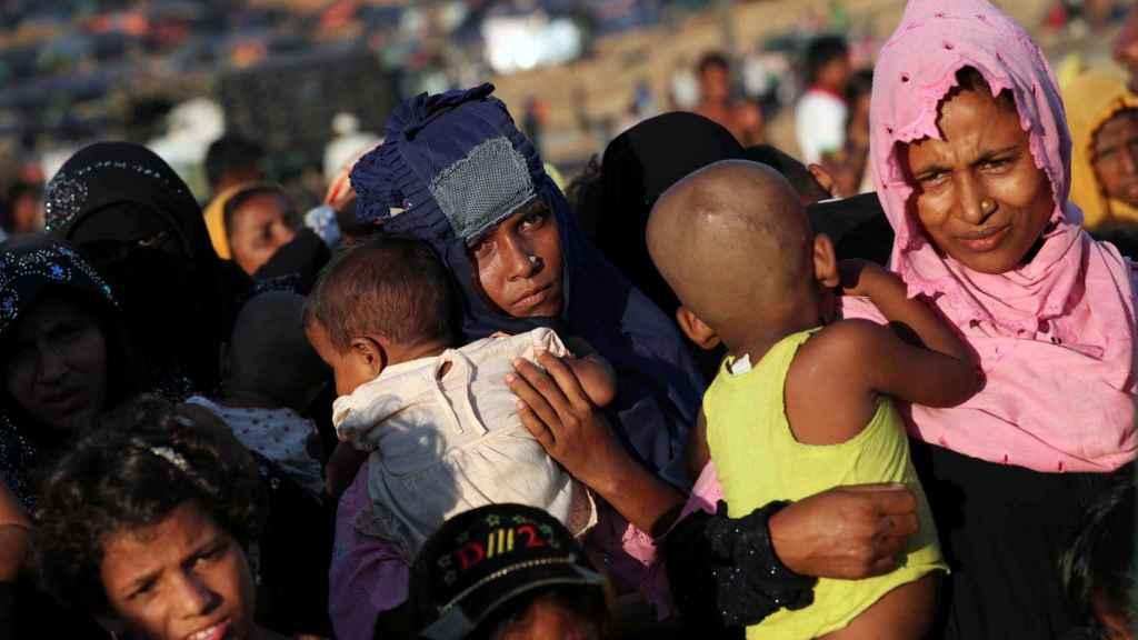 Niños refugiados Rohingya con sus madres.