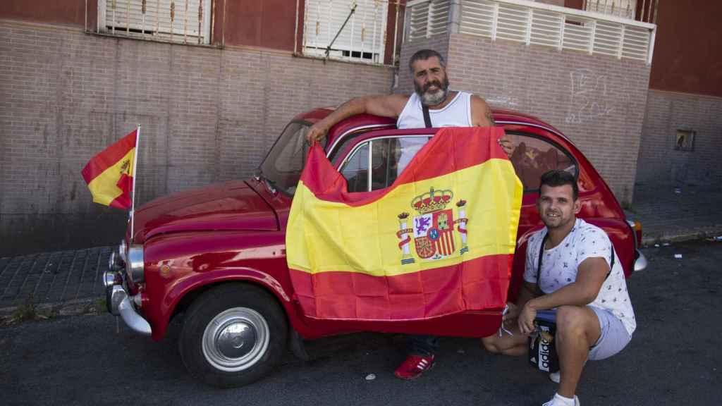 Antonio Santiago junto a un familiar luciendo las banderas de España en su Seat 600, matriculado en Barcelona.