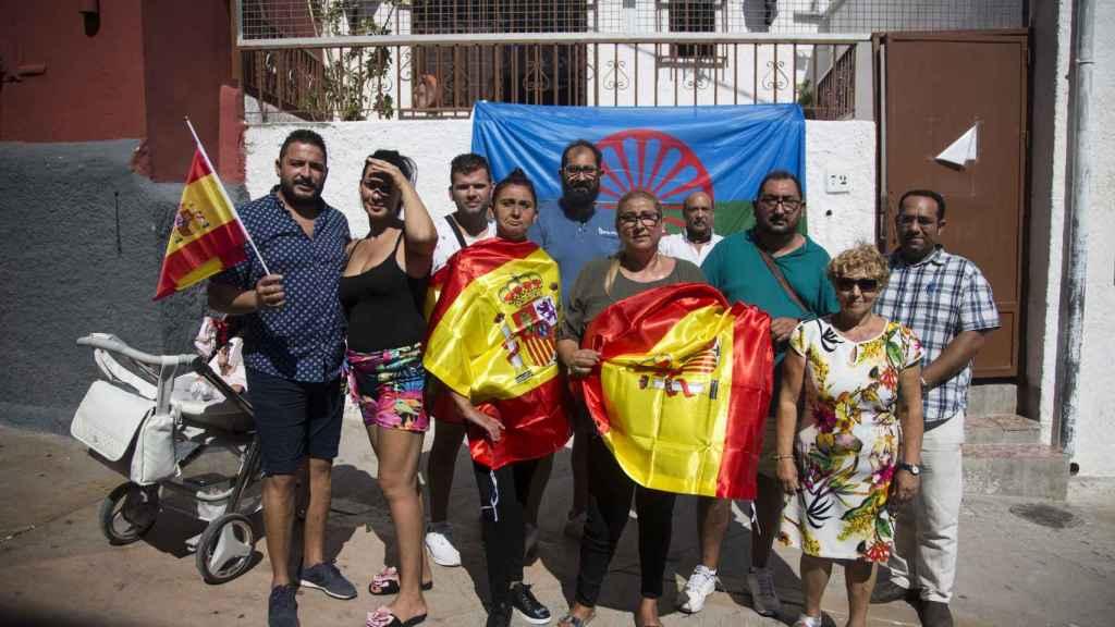 La presidenta de la Federación Gitana de Almería Pepi Torres, junto a varios asociados en el barrio de La Chanca.