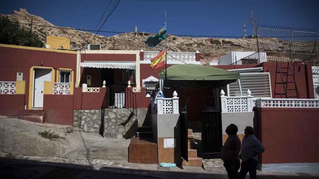 Las banderas del pueblo gitano y de España ondeando en una vivienda del barrio de la Chanca (Almería).