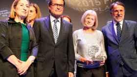 Alicia Giménez Bartlett, ganadora del Planeta 2015, junto a Ana Pastor, Artur Mas y José Creuheras.