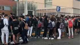 Chicos del IES El Palau a las afueras del instituto.