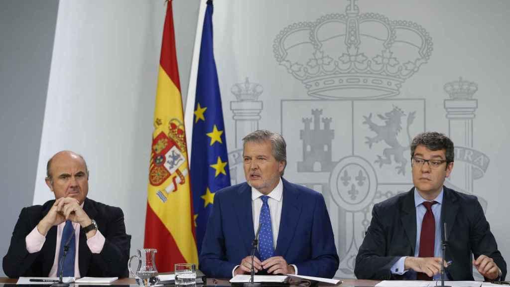 Luis de Guindos, ministro de Economía, Iñigo Méndez de Vigo, ministro portavoz y Álvaro Nadal, ministro de Energía.