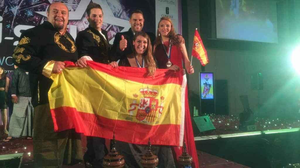 La selección española de karaoke al completo, con el seleccionador Karlos Hurtado a la izquierda