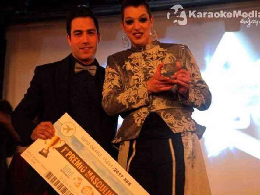 Jhony Calleja, a la derecha, recoge su premio como campeón del mundo