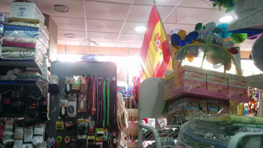 Las banderas de España, el producto más cotizado de los bazares chinos este mes por encima del material escolar