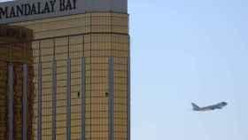 El Air Force One abandona Las Vegas. Al fondo, el hotel desde el que el tirador cometió la masacre.