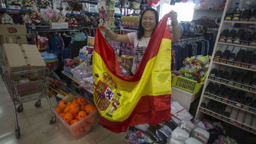 Una tienda de comerciantes chinos, en Estepa (Sevilla), mostrando el artículo estrella.