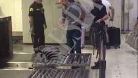 Pablo Iglesias, en el control de seguridad de la estación de Sants.