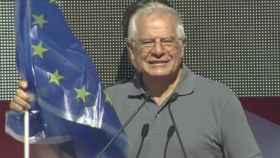 Borrell posa junto a la bandera europea durante la manifestación.