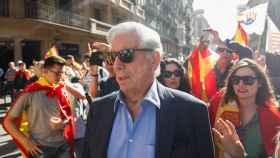 Vargas Llosa durante la manifestación por la unidad de España en Barcelona