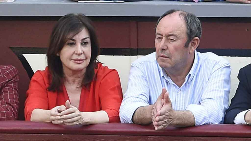 Carmen Martínez Bordiu y Luis Miguel Rodríguez durante una corrida de toros el año pasado.