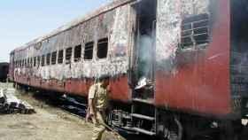 Un oficial de policía en el tren calcinado tras el incendio de Godhra.