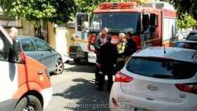 Los servicios de emergencias acudieron al lugar mientras se buscaba al propietario del vehículo.