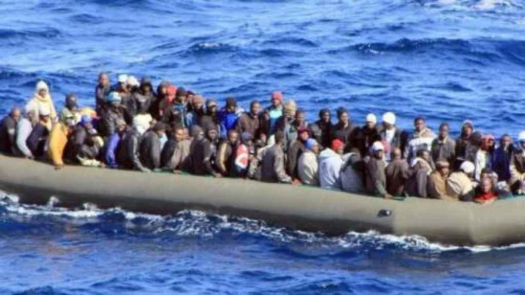 Una barcaza con inmigrantes en las costas de Lampedusa.