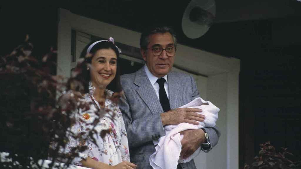 Jean Marie Rossi con su hija Cynthia en brazos.