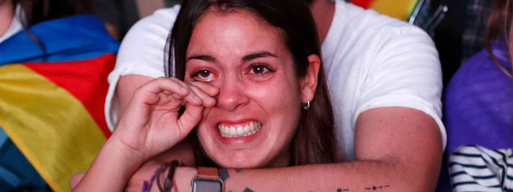 La reacción de una chica tras escuchar la declaración de Puigdemont.