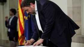 Oriol Junqueras firmando el documento de los diputados independentistas.