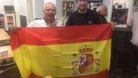 Enrique Lázaro y Jonathan Franco posan con la bandera de España después del pleno