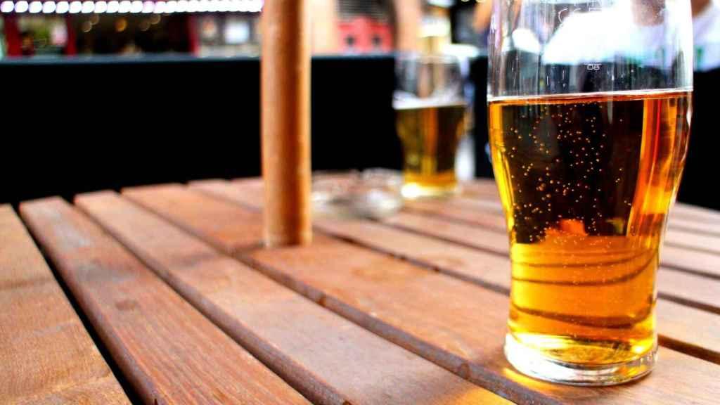 Una cerveza dispuesta para ser consumida en la mesa de una terraza.