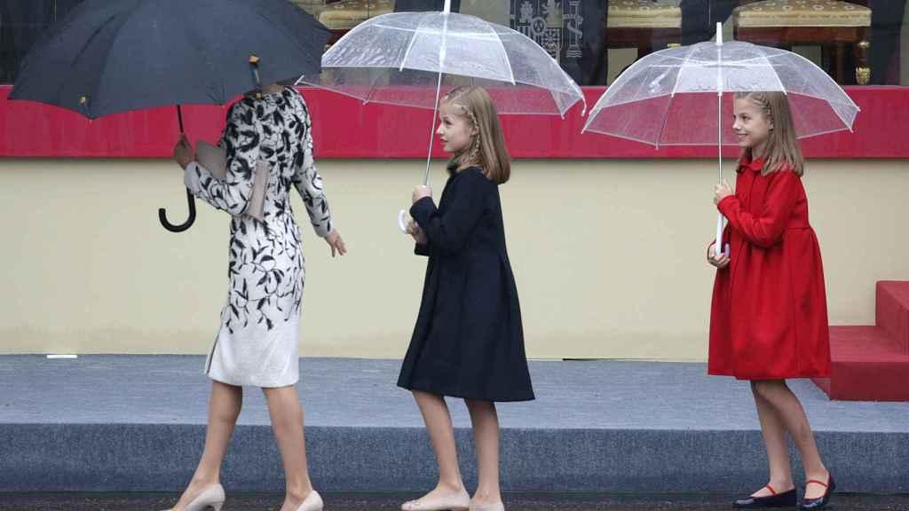 La reina Letizia y sus dos hijas, en el desfile del año pasado.