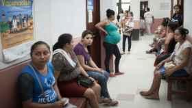 Un grupo de mujeres espera en la sala de espera de la clínica.