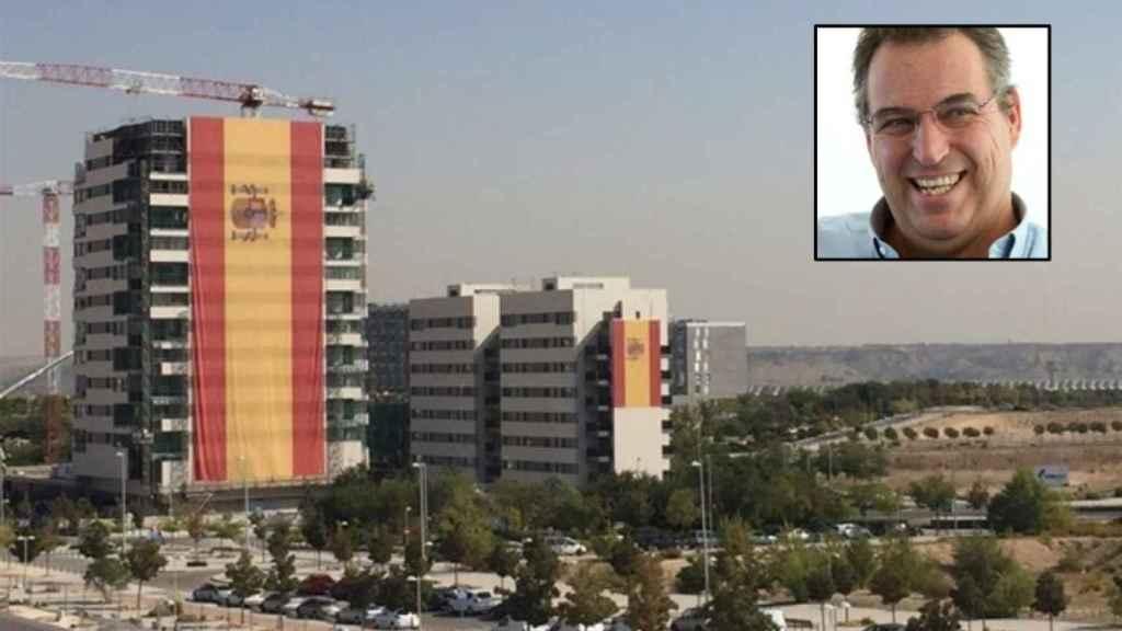 La vivienda en la que cuelga la bandera más grande de España; arriba, César Cort.