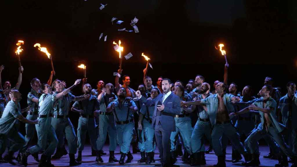 El barítono-bajo Kyle Ketelsen y el coro del Teatro Real.
