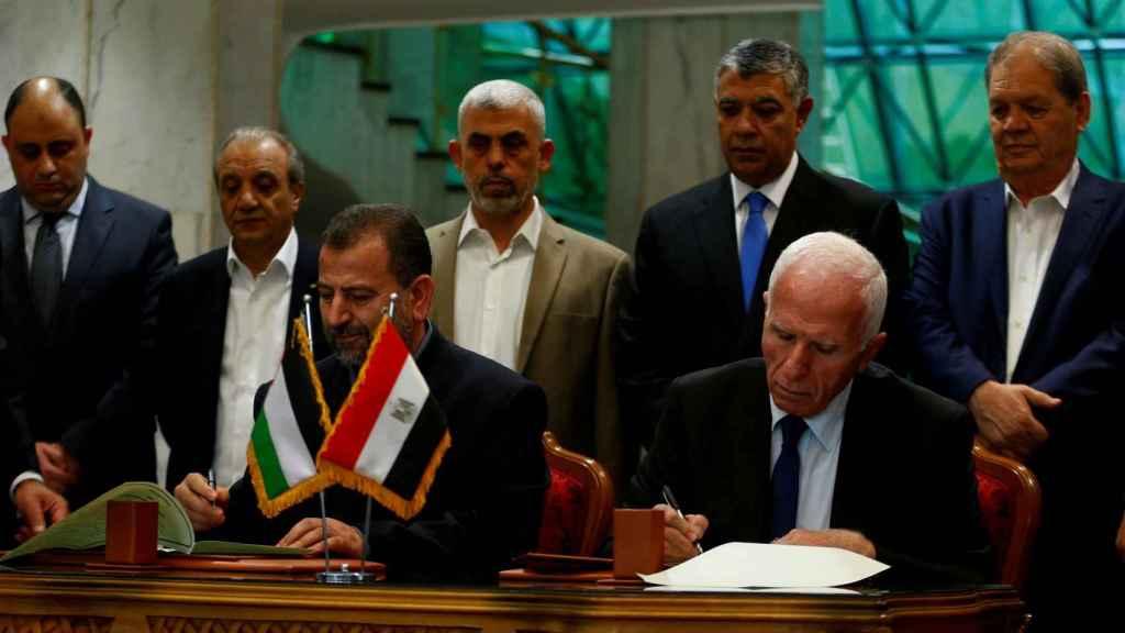 El momento en el que los líderes de Hamás y la Fatah firman el acuerdo.